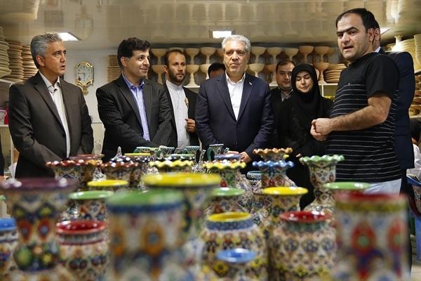 مونسان در جریان بازدید از کارگاه نقاشی روی سفال در همدان تأکید کرد اشتغال زایی به وسیله توسعه کارگاه های صنایع دستی