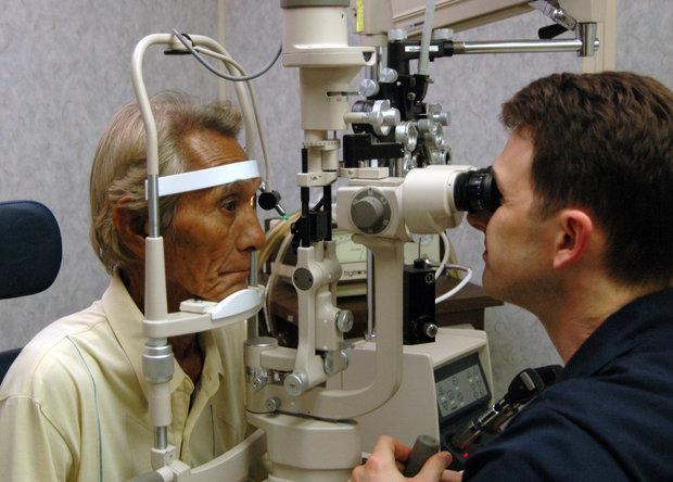 انتقاد از فروش لنز چشمی در آرایشگاه ها